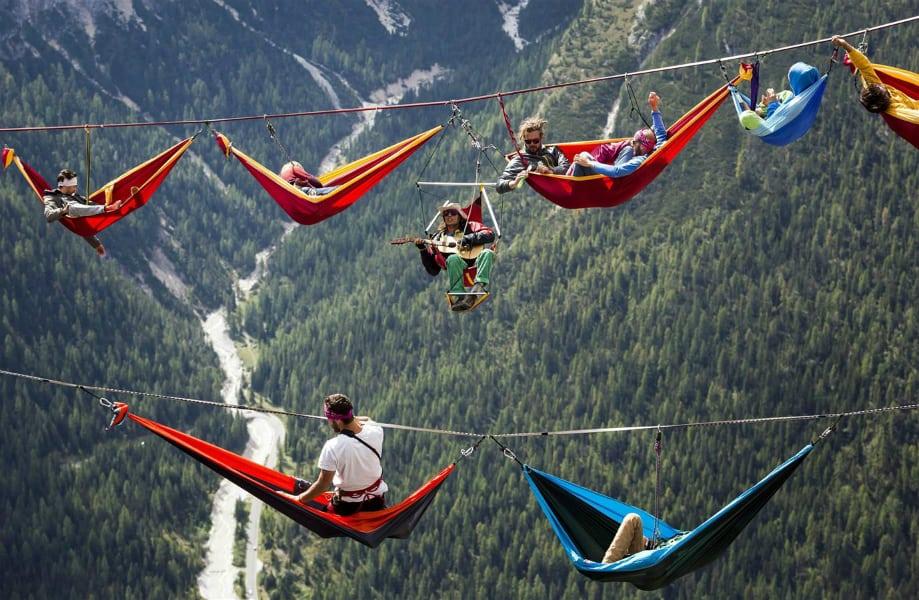 Hamacs suspendus au-dessus des alpes