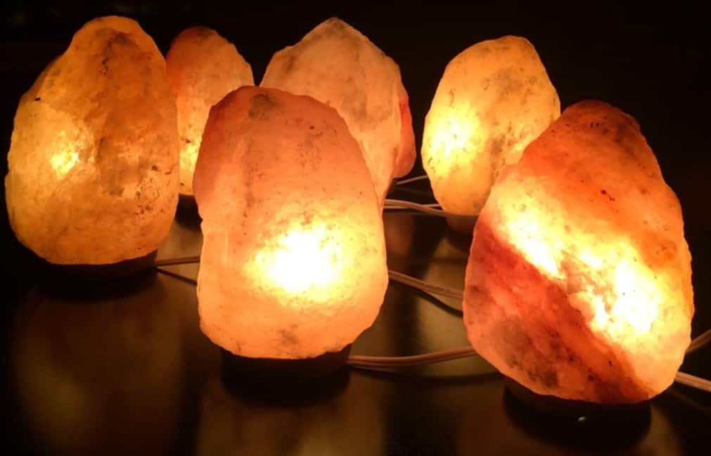 Six lampes en pierre de sel allumées