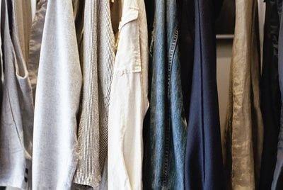 Vêtements (chemises) à recycler dans une pendrie