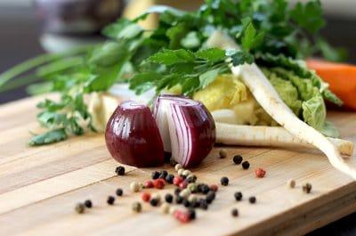 Echaloltte, panais et grains de poivre sur un plan de travail