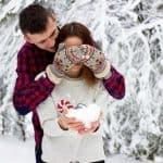 Couple en hiver dans la neige