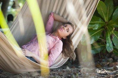 Femme qui se repose sur un hamac