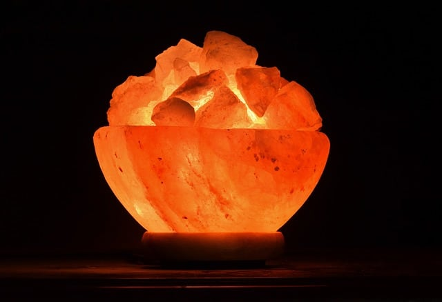 Lampe en cristal de sel en forme de vase