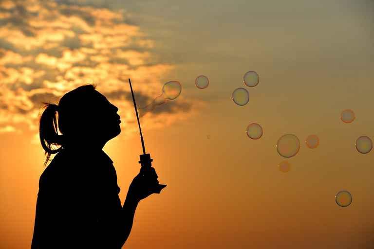 Silhouette de femme qui fait des bulles de savon