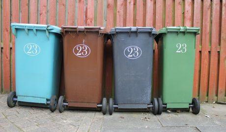 Poubelles de tri sélectif bleu, marron, gris, vert