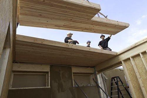 Pose de plancher dans une maison