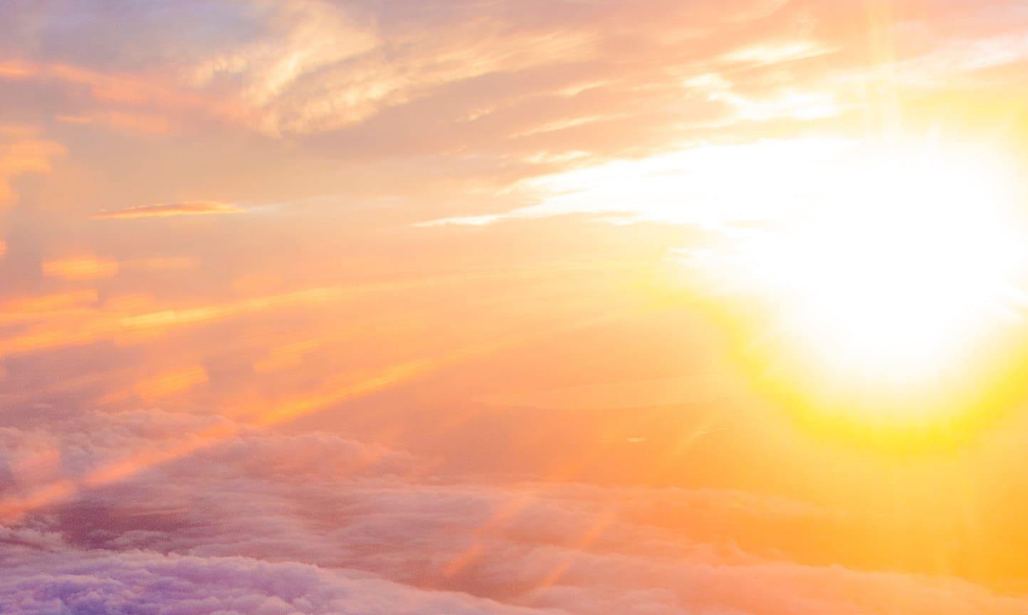 Lumière du soleil au-dessus des nuages, prise en avion