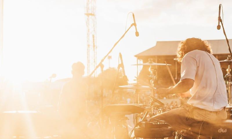 Musiciens face au soleil couchant