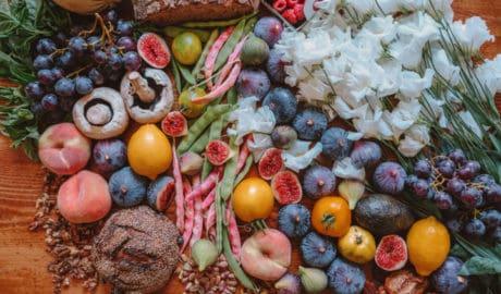 Fruits et légumes sur une table