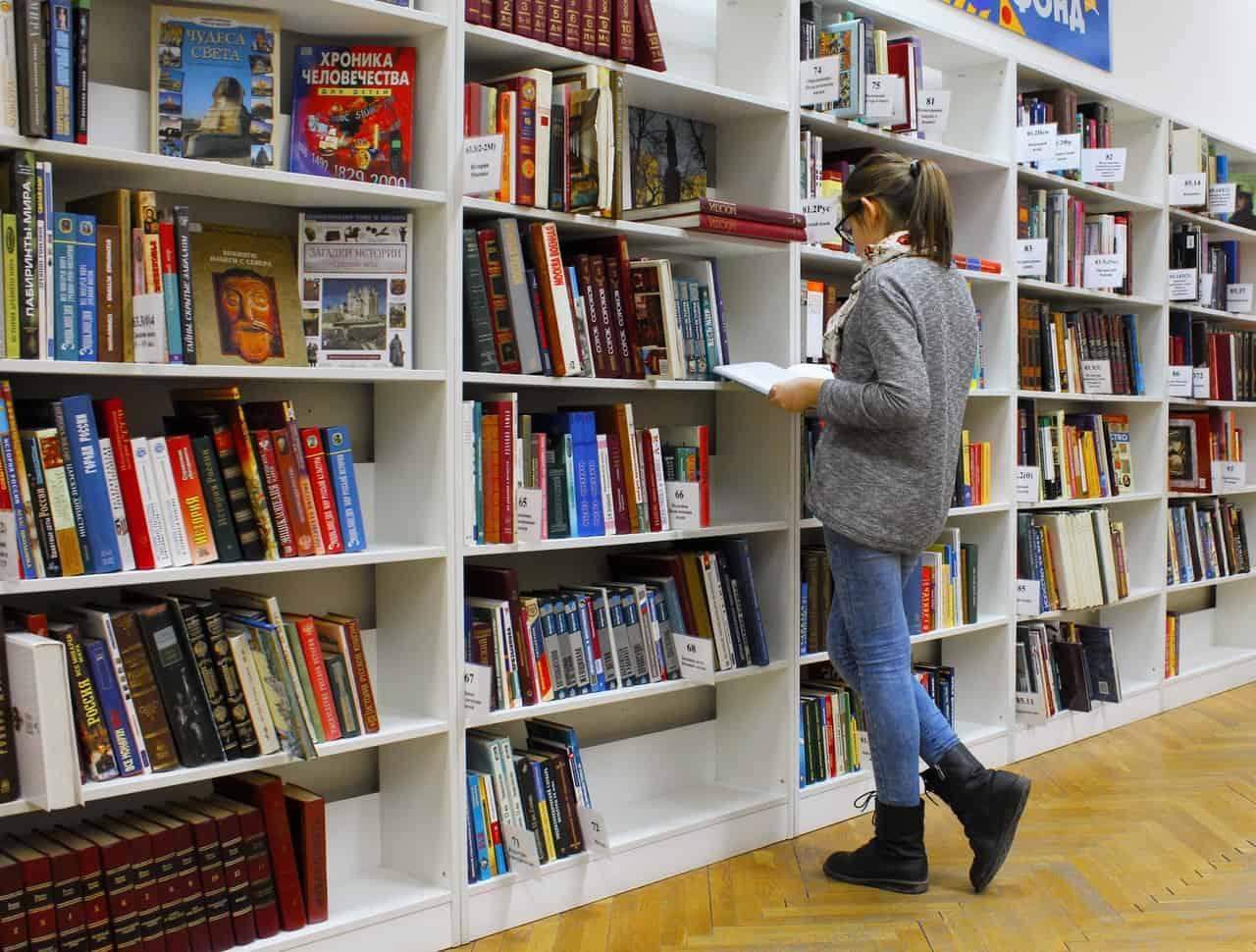 Bibliothèque avec des livres