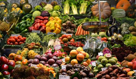 Des fruits et des légumes sur un étal de marché